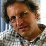 Erik Moonen, is doctor in de Taal- en Letterkunde en taaldocent aan de Universiteit Hasselt. Zijn onderzoekstijd wijdt hij aan het uitzoeken van wat er fout gaat in het leesonderwijs, uitleggen waarom het fout is en uitwerken hoe het foutloos kan.Dwaalspoor dyslexieen deAlfabetcodezijn daarvan het resultaat. http://www.alfabetcode.be/dyslectisch/dwaalspoor-dyslexie/Moonen laat daarin zien dat kinderen door falende onderwijsmethoden dyslectisch worden gemaakt. Met goed onderwijs en een goede methode wordt elk kind een vlotte lezer met een goed handschrift.
